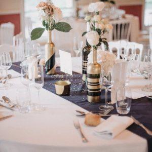 Contenants personnalisés par les mariés et fleuris par Mariage de Fleurs