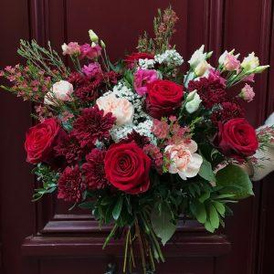 Bouquet de fleurs fraîches champêtre coloré rouge